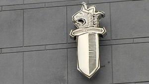 Poliisin tunnus Keskusrikospoliisin rakennuksen seinässä Vantaalla.