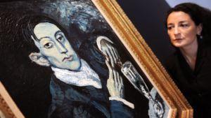 Christie'sin  työntekijä esittelee myyntiin tulevaa Picasson teosta Lontoossa.