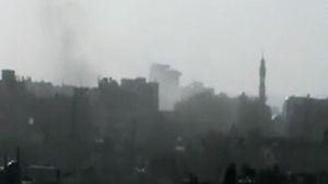 Homsin kaupungin siluetti, taivaalla savua.