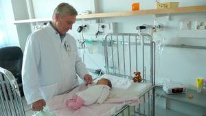 Osastonylilääkäri Olli Ruuskanen tarkastaa pariviikkoisen RS-viruspotilaan kunnon TYKS:n lastenklinikalla.