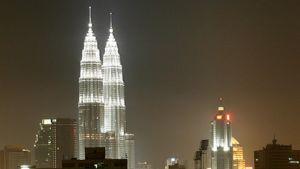 Pilvenpiirtäjät hehkuvat valaistuna Kuala Lumpurissa.