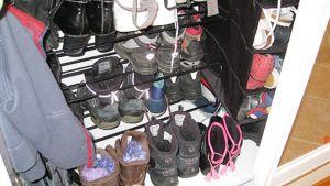 Kuvassa kaappi jossa säilytetään kenkiä