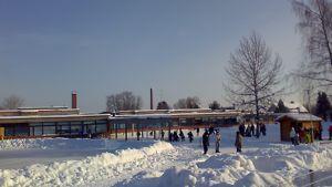 Kuva Torkinmäen koulun pihalta, lapsia välitunnilla.