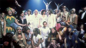 ABBA ihmisten ympäröiminä Super Trouper -singlen kuvauksissa