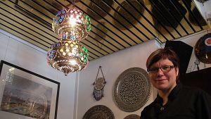Koristeellinen lamppu valaisee oululaisen Ravintola Istanbul Orientalin ravintolasalia.