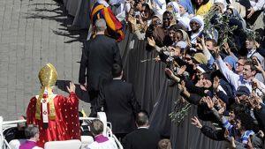 Paavi saapuu palmusunnuntain messuun Pyhän Pietarin aukiolle ajoneuvollaan 28.3.2010.