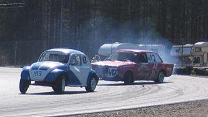 Kuvassa jokamiesluokan autoja kilpailemassa Vetelin Kemoralla.