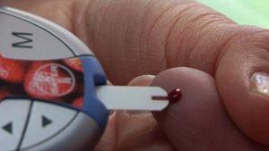 Sormenpäästä otetaan verta verensokerimittariin.