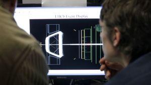 Tiedemiehet seuraavat kokeen edistymistä tietokoneen ruudulta.