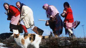 Pääsiäisnoidiksi pukeutuneet lapset leikkivät Kalliolla.