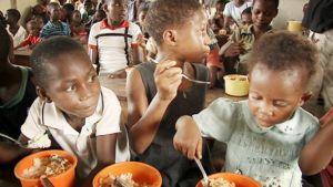 Lapset ruokailevat Nigerialaisessa turvakodissa.