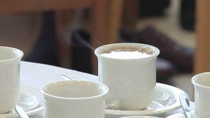 Kahvikuppeja pöydällä.