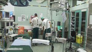 Kaksi kirurgia valmistelee leikkausta sairaalassa