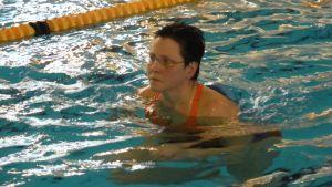 Annika Millaskangas keskittyy oikeaan vesijuoksutekniikkaan.