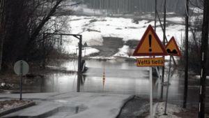 Tulvaveden katkaisema tie Kirkkonummella.