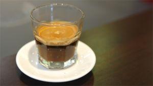 Espresso-kahvia lasissa.