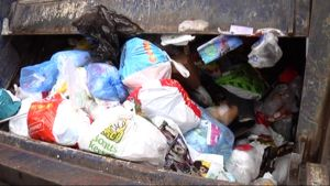 roskapusseja jäteautossa