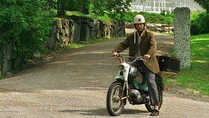 Kanttori Ilmari Piiparinen eli näyttelijä Tom Lindholm esiintyy mm. Peräkammaripojat-sarjassa.