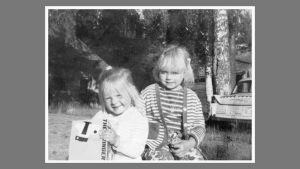 Kaksi pikkutyttöä mustavalkokuvassa