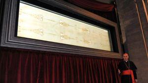 Kardinaali Severino Poletto paljastaa käärinliinat näytteille Torinon tuomiokirkossa.
