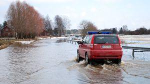 Kyrönjoki tulvii tielle 11.4.2010.