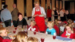 Lapset ruokaievat ravintolassa