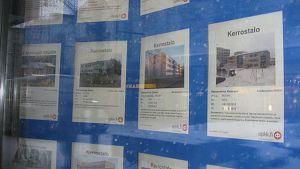 Asuntoilmoituksia ikkunassa