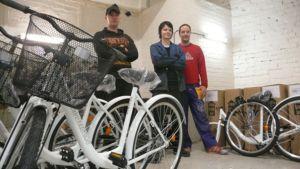 Pyöräpajan työntekijöitä ja polkupyöriä