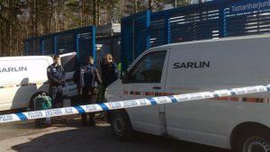 Poliiseja tankkausaseman portilla