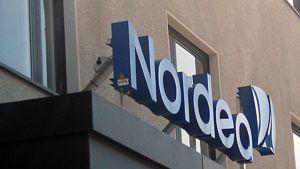 Kuvassa Nordean liikemerkki rakennuksen seinässä.