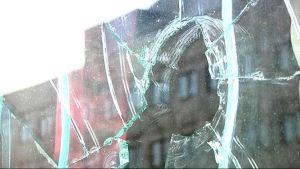 Rikottu ikkuna.