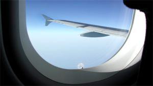 Lentokoneen siipi kuvattuna lentokoneen ikkunasta.