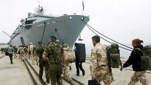 Afganistanista palaavia brittisotilaita nousemassa HMS Albion -alukseen Santanderissa Espanjassa