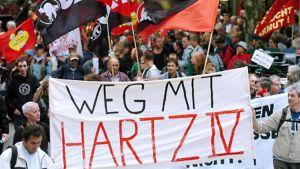 Sosiaaliohjelmia kritisoiva mielenosoitus Hampurissa 23. elokuuta 2004