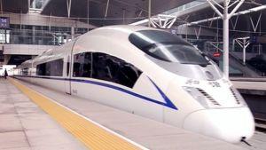 Kiinalainen luotijuna Pekingin asemalla.
