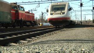 Kuvassa pendolinojuna saapumassa Kokkolan asemalle. Taustalla näkyy tavarajunan veturi.