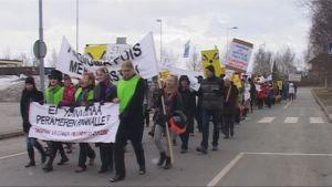 Ydinvoiman vastainen mielenosoitus Kemissä huhtikuussa 2010