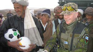 Suomalainen rauhanturvaaja ja afgaanimiehiä