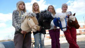 Keppihevosten kanssa kuvassa seisovat Riikka Sajaniemi, Jemina Väisänen, Helmi Makkonen ja Jenna Väisänen.