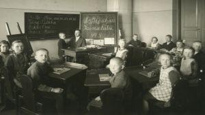 Porvoon kuurojenkoulun oppilaita 1900-luvun alkupuolella.