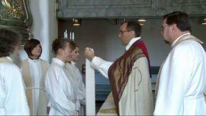 Suomenruotsalainen kuurojenpappi Maria Lindberg vihitään papiksi.