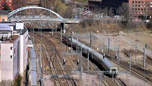 Juna ajaan Erkkilän sillan alla