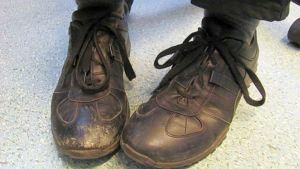 kengät jalassa