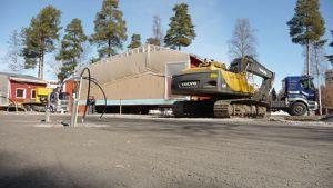 Koivuhaan koulun uusi koulurakennusmoduli kuljetettiin Kokkolaan rekan kyydissä