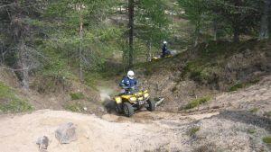 Kuvassa Peräpohjolan poliisit harjoittelevat mönkijän käyttöä