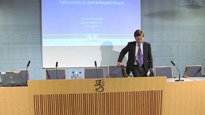 Elinkeinoministeri Mauri Pekkarinen saapumassa valtioneuvoston tiedotustilaisuuteen