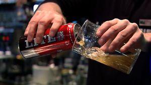 Olutta kaadetaan lasiin baarissa