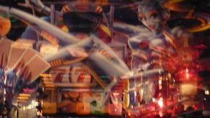 Värikkäitä heijastuksia flipperin lasissa sähkömuseo Elektrassa