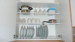 Kalustetun asunnon astiakaappi