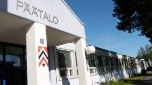 Pohjois-Karjalan aikuisopiston päärakennus Joensuun Kaislakadun varrella.